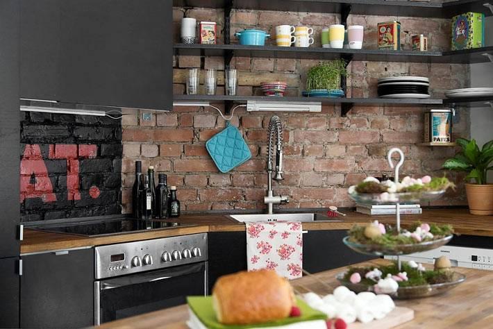 интерьер кухни - сочетание черного цвета и кирпичной кладки