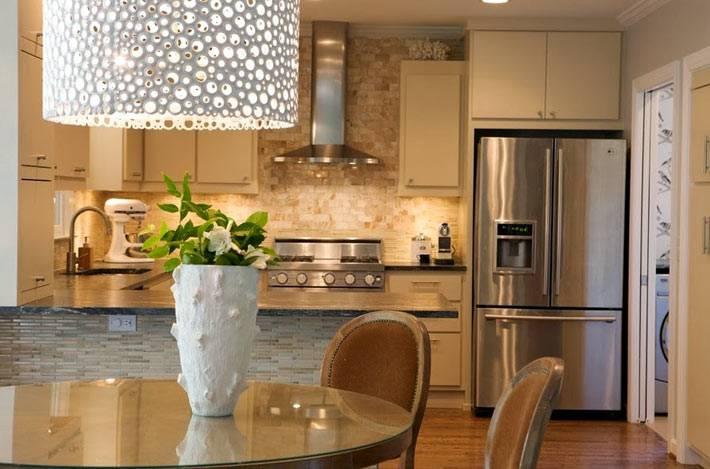 кирпичная кладка на стене рабочей зоны кухни