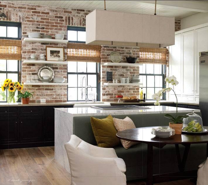 красивая кухня с кирпичной стеной