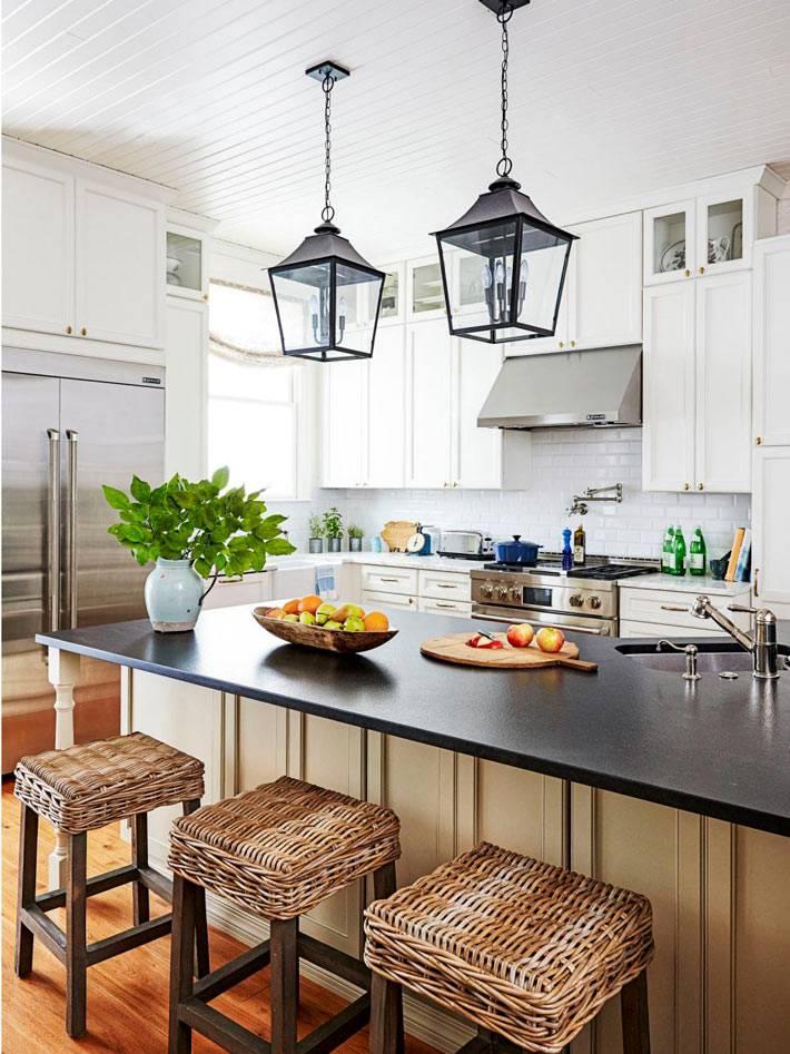 подвесные лампы в виде уличных фонарей над кухонным столом