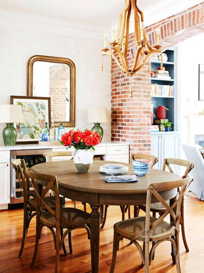 кирпичная арка между кухней и обеденной зоной в доме