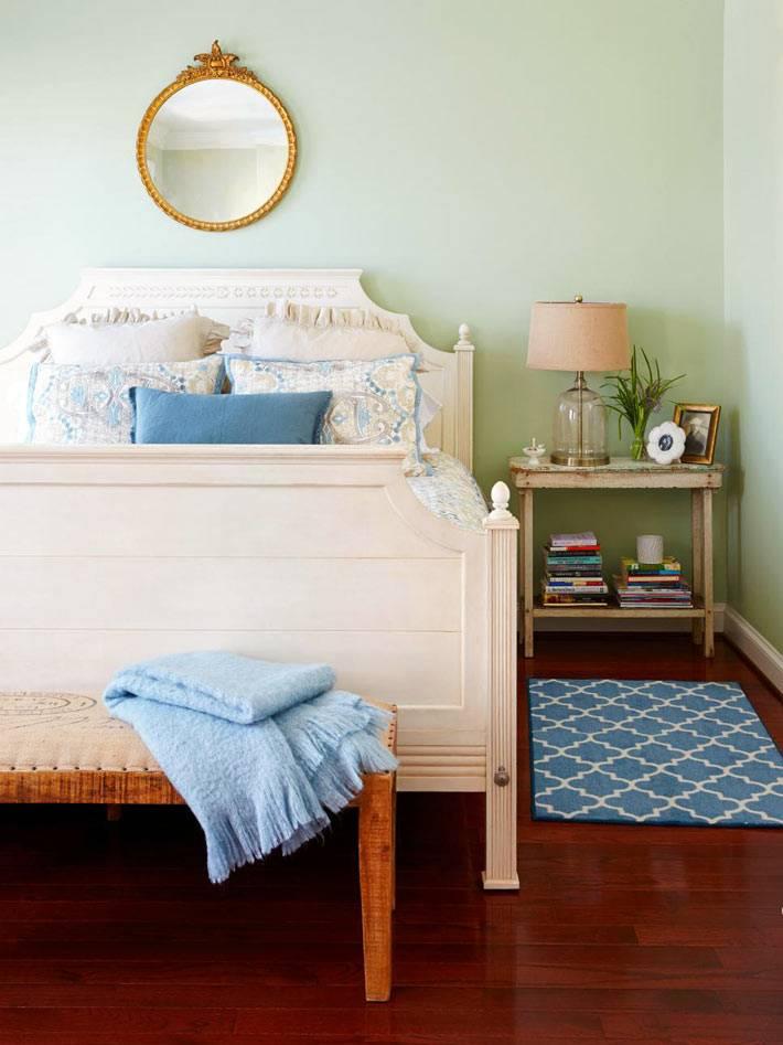 интерьер спальни с бледными зелеными стенами фото