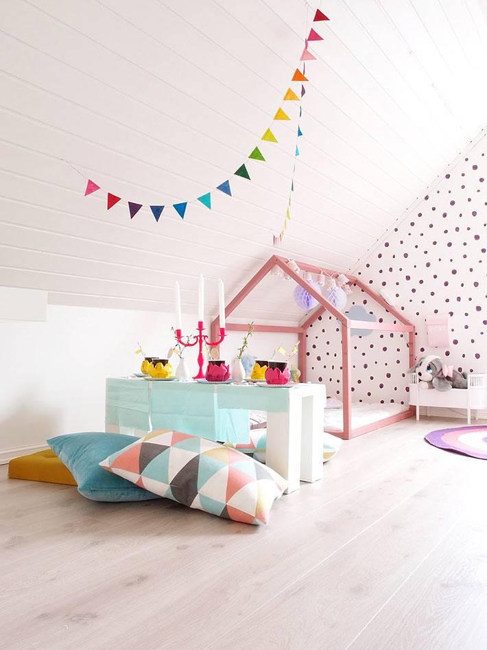 розовый деревянный каркас-домик над детской кроватью