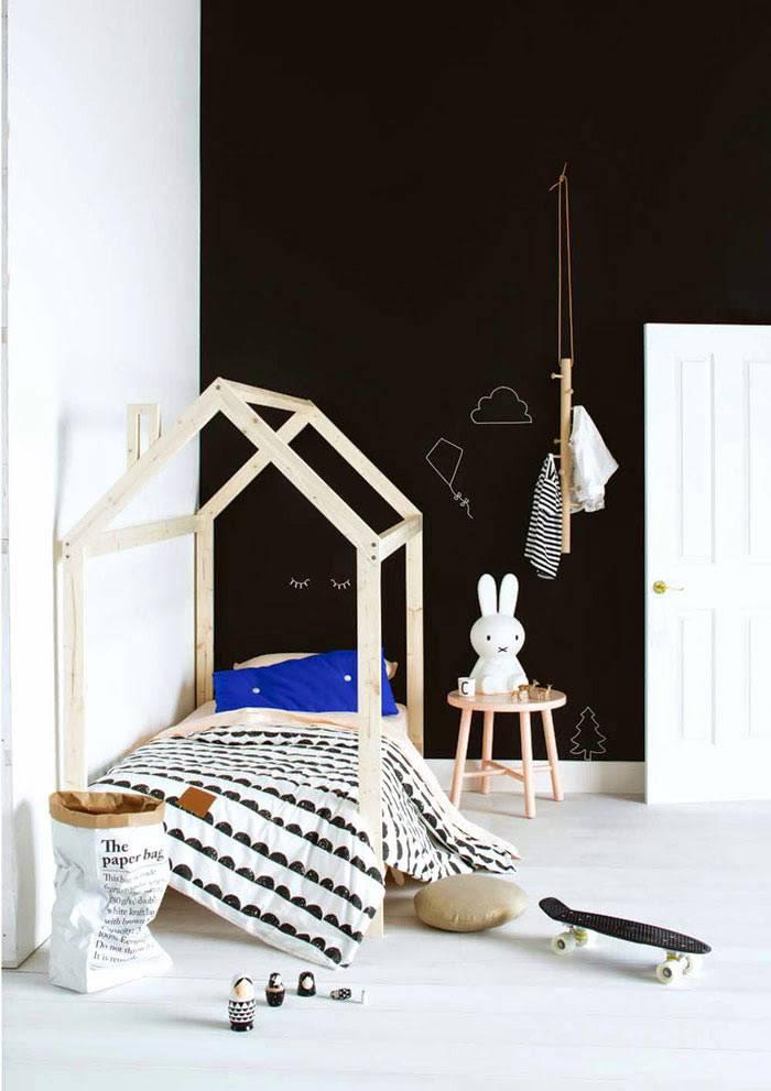 Минимализм в интерьере детской комнаты и кровать-домик