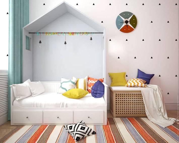 Оригинальная кровать с навесом в виде домика для детской комнаты