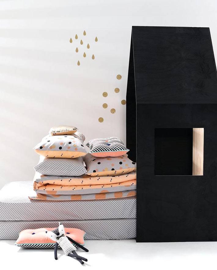 Красивый текстиль для детской спальни и кроватью-домиком