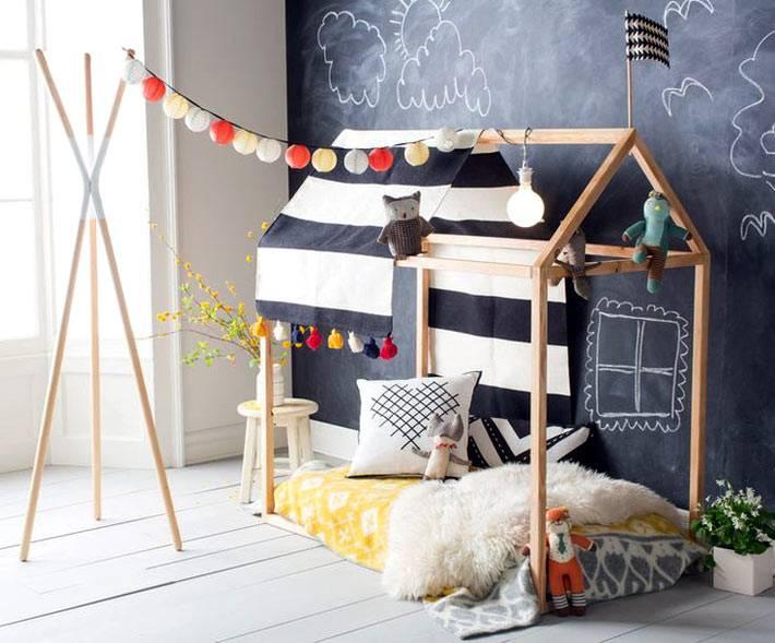 креативная детская мебель - кровать-домик возле грифельной стены
