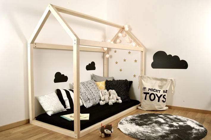 Конструкция кровать-домик из дерева в интерьере детской комнаты