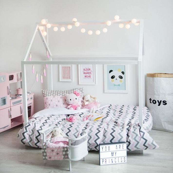 Приятный интерьер детской комнаты с кроватью в виде домика