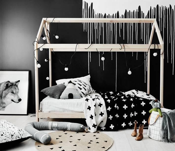 Стильный черно-белый дизайн детской с необычной кроватью-домиком