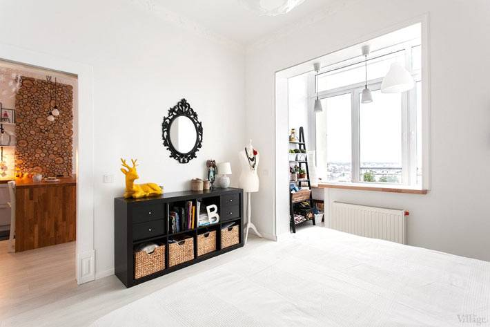 белые стены и черный комод с плетеными корзинами в спальне фото