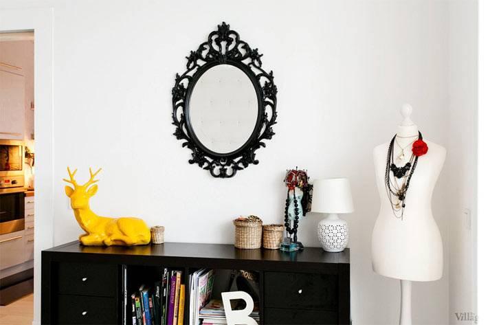 черная рама для зеркала ИКЕА в спальне в скандинавском стиле