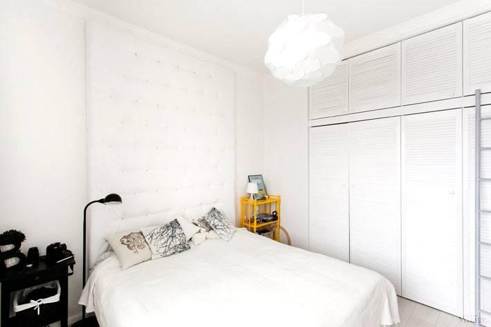 встроенный шкаф белого цвета в интерьере спальни