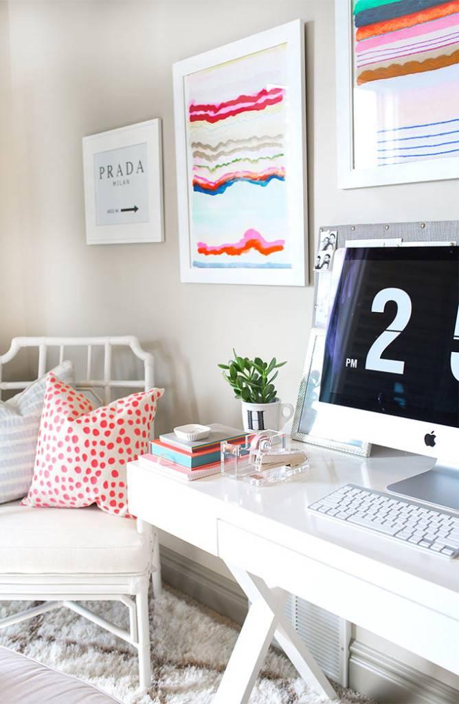 Детали в интерьере домашнего офиса для девушки