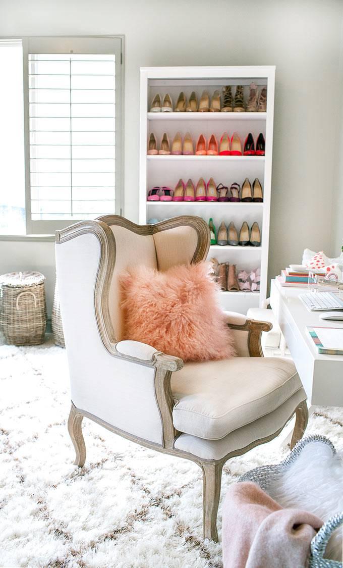 Стеллаж для хранения обуви в интерьере домашнего кабинета