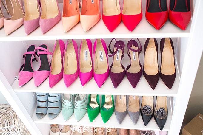 хранение обуви на белом стеллаже в комнате