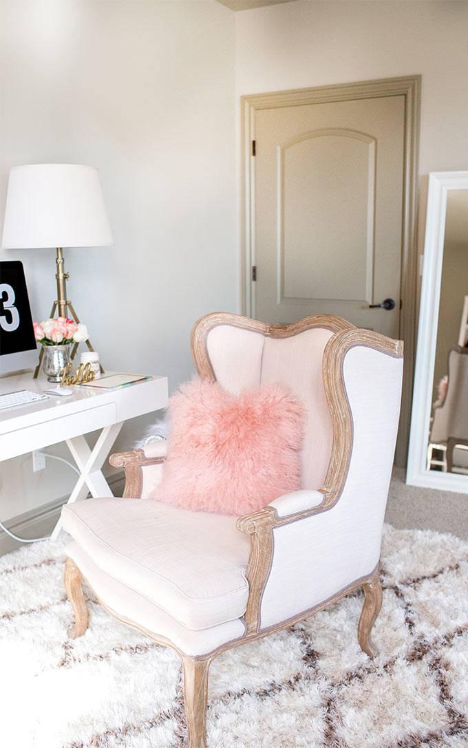 красивое кресло с подушкой в интерьере домашнего офиса