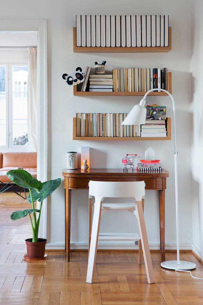 маленький домашний офис - деревянная консоль и навесные полки фото