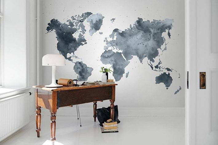 Креативная карта мира на стене интерьера домашнего офиса