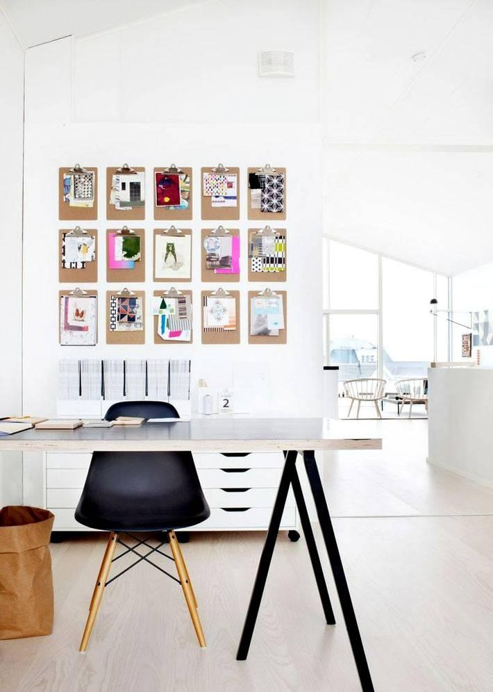 белый скандинавский домашний офис с черным стулом