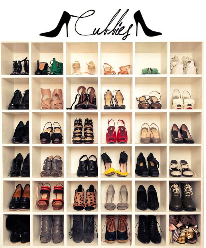 Красивый белый стеллаж для хранения обуви в интерьере