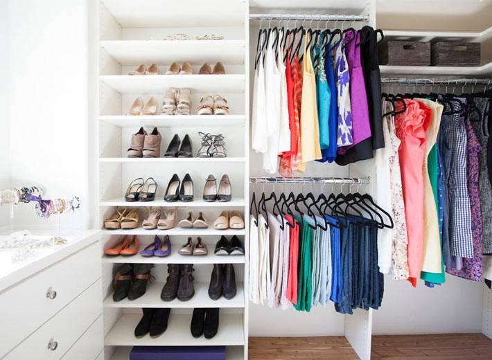 интерьер гардеробной со стеллажом для хранения обуви