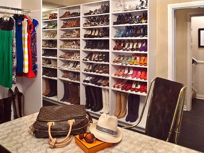 Большой открытый стеллаж для хранения красивой обуви