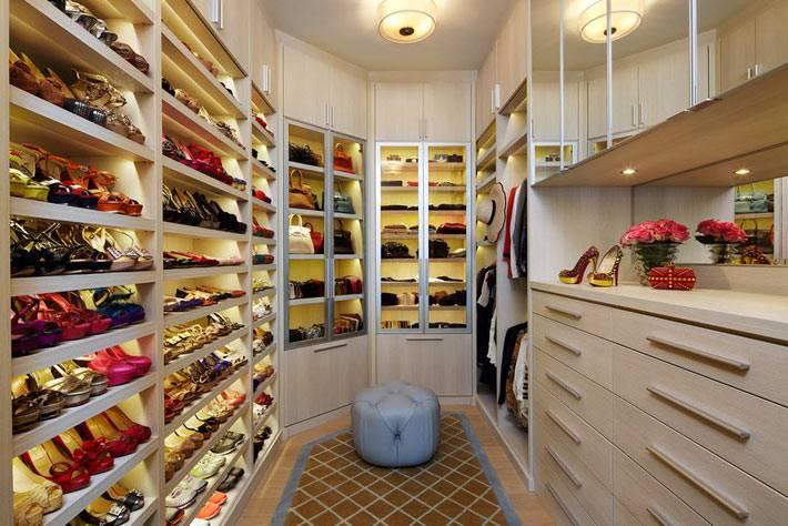 идеи хранения обуви и сумок в гардеробной комнате