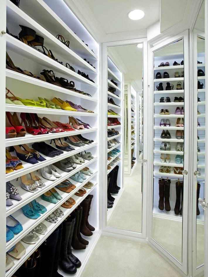 Удобные стеллажи для сохранности обуви в интерьере