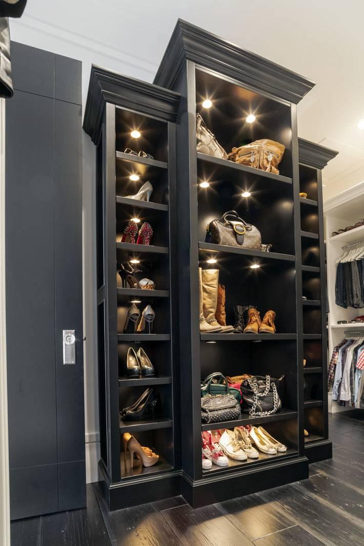 Черный открытый шкаф с подсветкой для хранения обуви и сумок