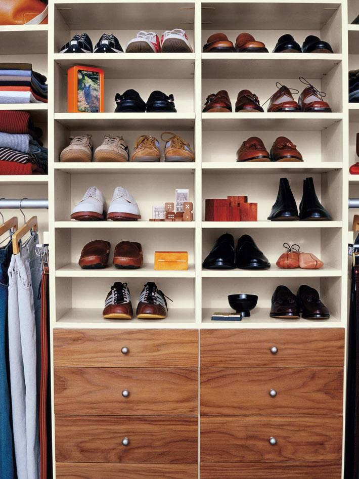 стеллаж для обуви в интерьере гардеробной