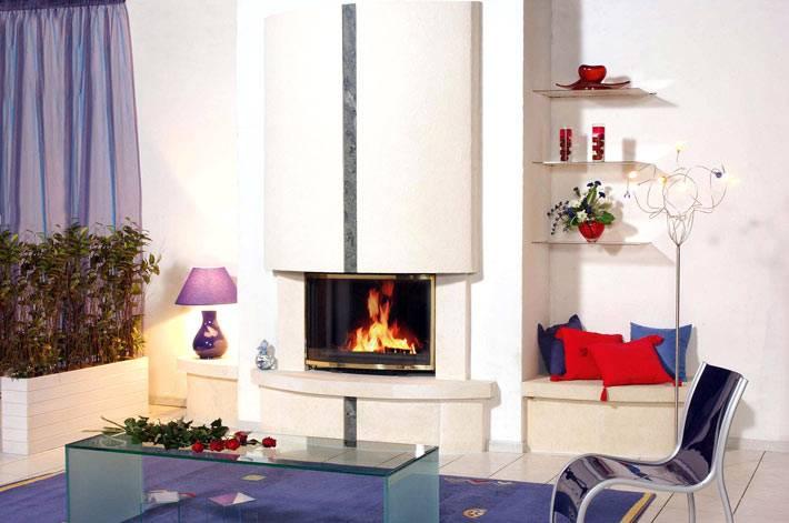 термокамин в дизайне интерьера дома с фиолетовыми шторами