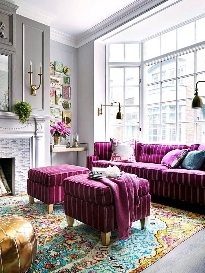 яркие розовые пуфы в гостиной комнате с большим окном