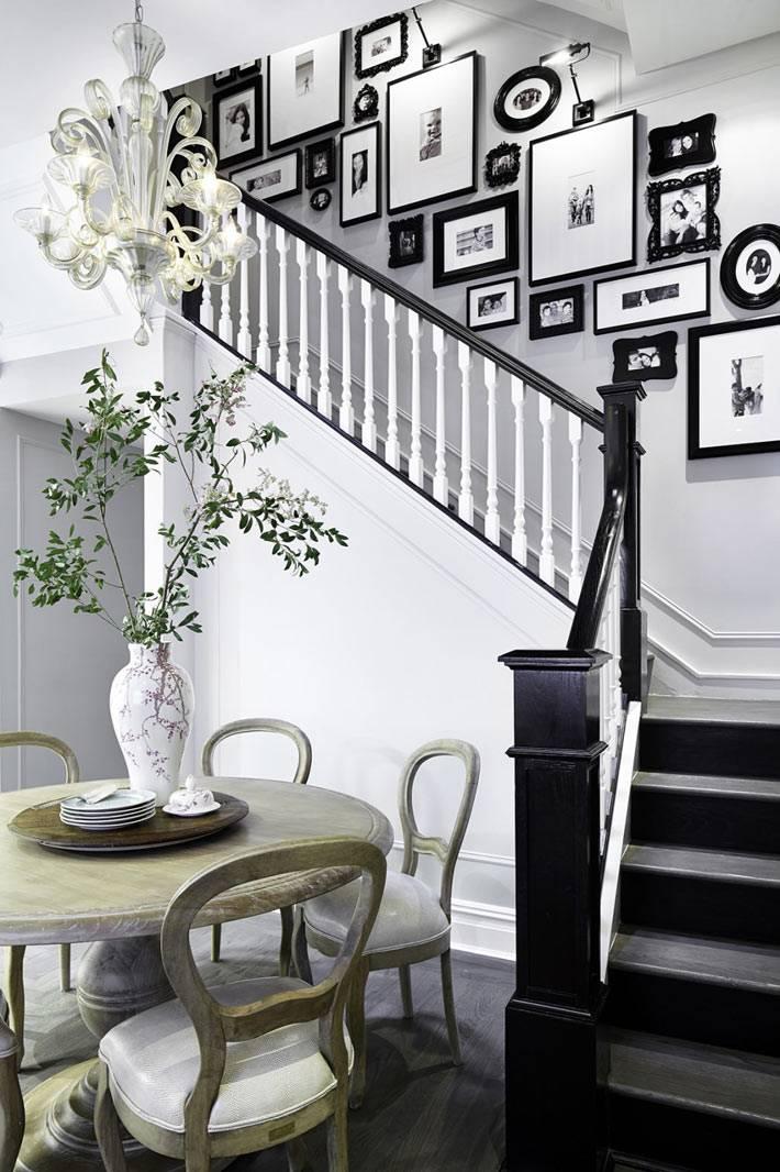 размещение фотографий над лестницей в доме