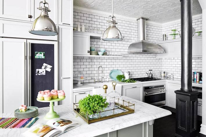 интерьер кухни в белом цвете с кирпичной стеной фото