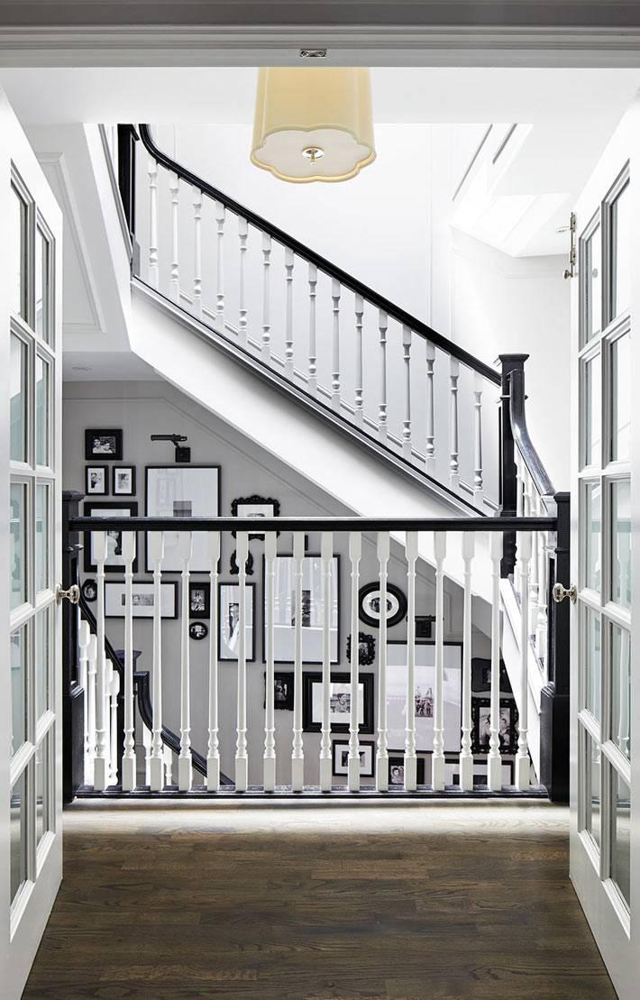 аккуратная белая лестница с черными перилами в доме