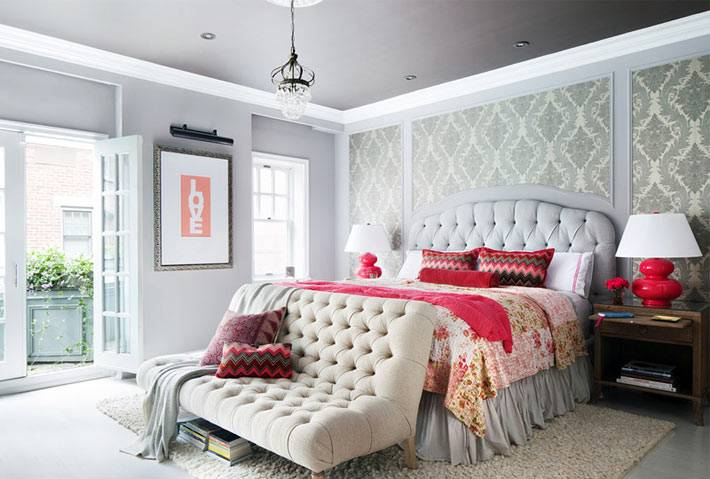 красивый дизайн спальни с серыми стенами и серым потолком фото