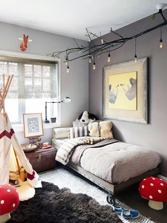 дизайн детской комнаты с оригинальной люстрой на ветке