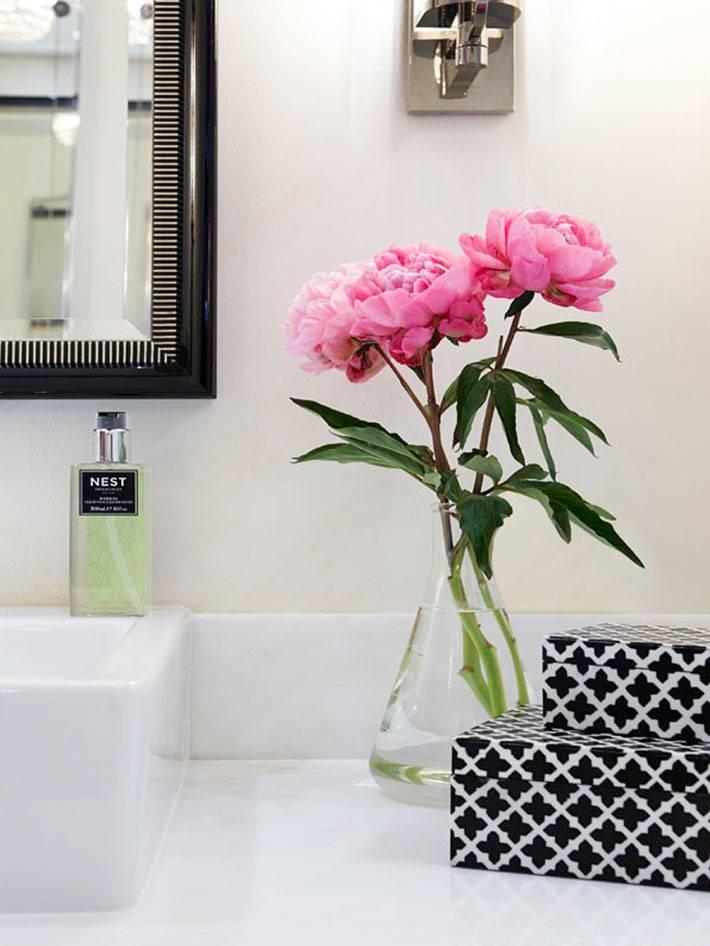 живые цветы в дизайне ванной комнаты белого цвета