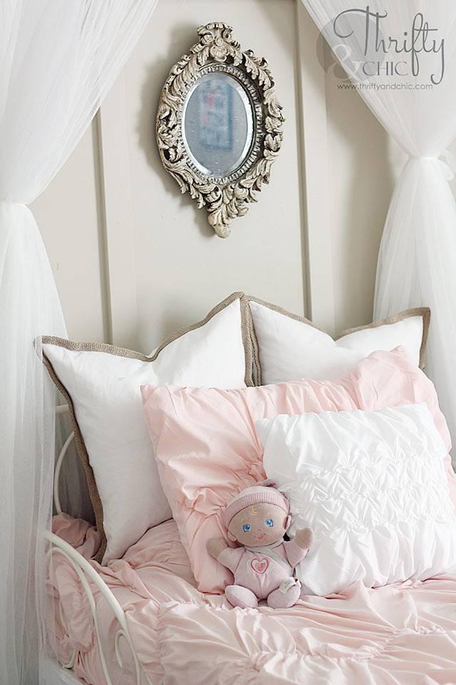 красивая детская комната с розовой постелью для маленькой девочки