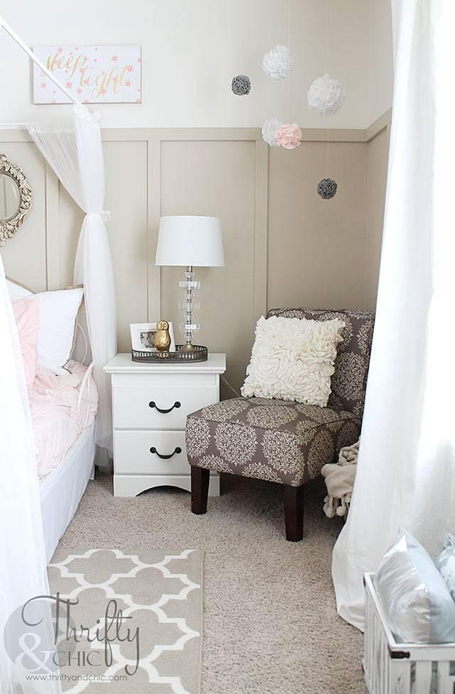 детская комната с бежевым пушистым ковром и коричневым креслом
