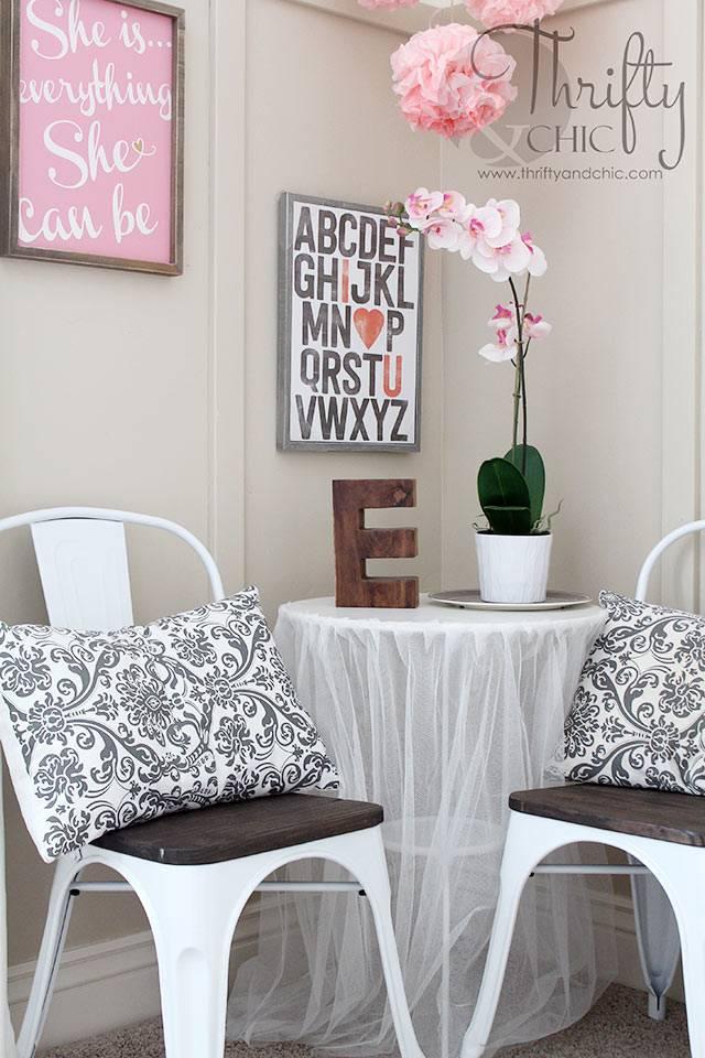 уголок для чаепития из стола и стульев для детской комнаты