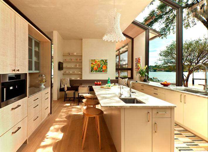 дизайн интерьера кухни с панорамным видом на озеро