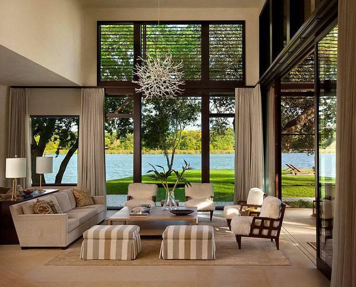 красивый интерьер гостиной комнаты с видом на озеро Остин