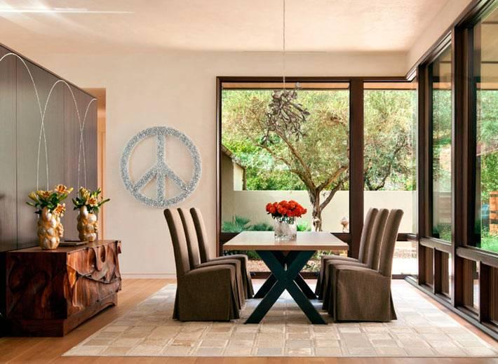 интерьер столовой зоны с панорамными окнами в доме у озера