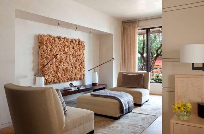 мягкая мебель бежевого цвета и пушистая картина на стене