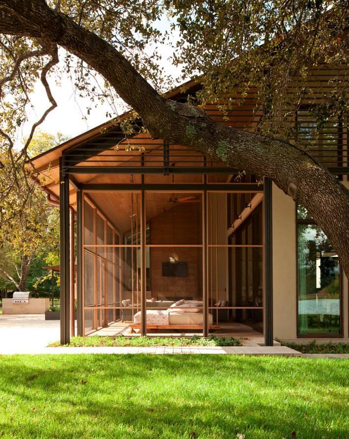 красивый деревянный дом на озере остин среди деревьев