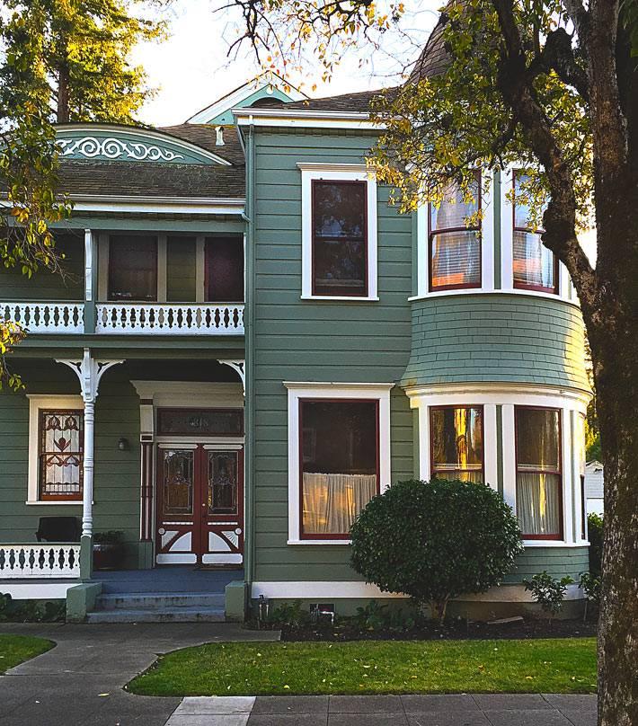 темно-зеленый фасад дома