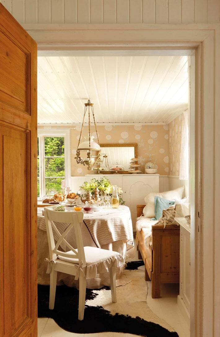 душевный интерьер кухни с белой деревянной мебелью