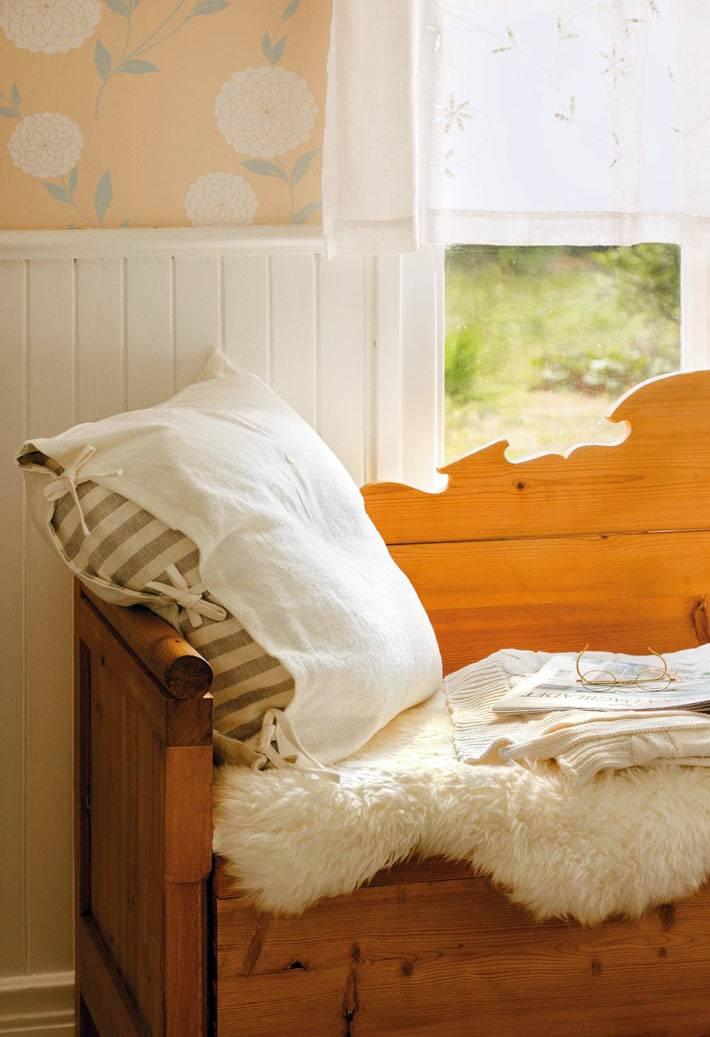 удобное место для чтения у окна с подушкой